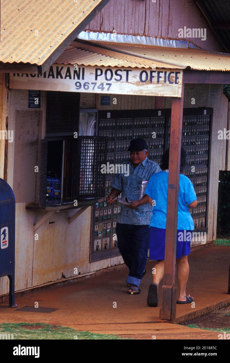 Locals gather their mail at the rustic Kaumakani Post Office, on Kauai's West Side. Foto de stock