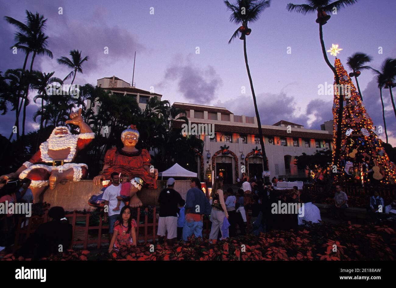 families enjoy Christmas decorations at Honolulu hale, in Downtown Honolulu Foto de stock