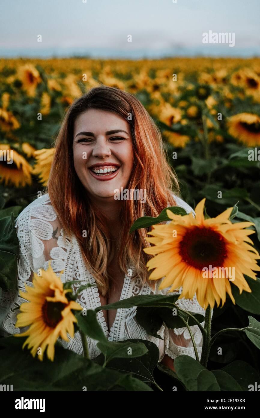Mujer morena en Sunflower Field, Reino Unido Foto de stock