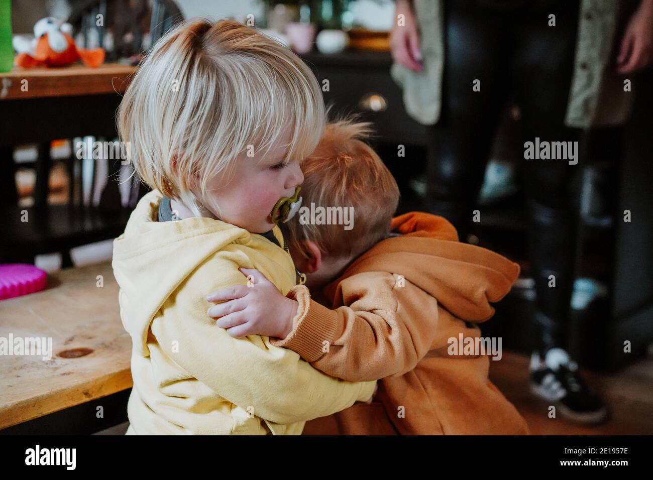 Niños pequeños abrazando Foto de stock