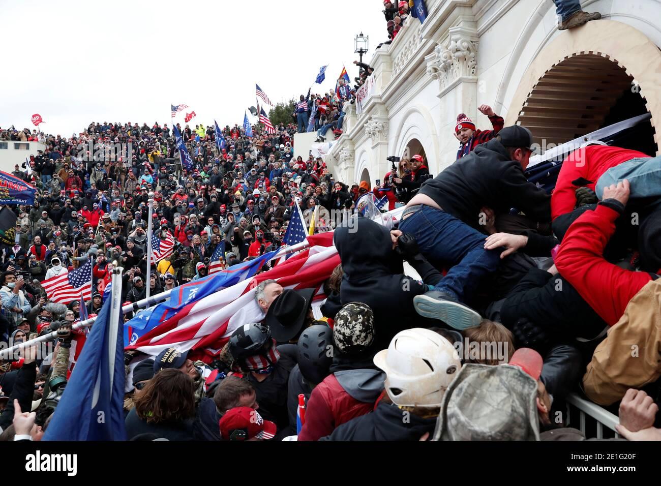 Los manifestantes pro-Trump se asomaron al Capitolio de los Estados Unidos durante enfrentamientos con la policía, durante una manifestación para impugnar la certificación de los resultados de las elecciones presidenciales de 2020 por el Congreso de los Estados Unidos, en Washington, EE.UU., 6 de enero de 2021. REUTERS/Shannon Stapleton Foto de stock