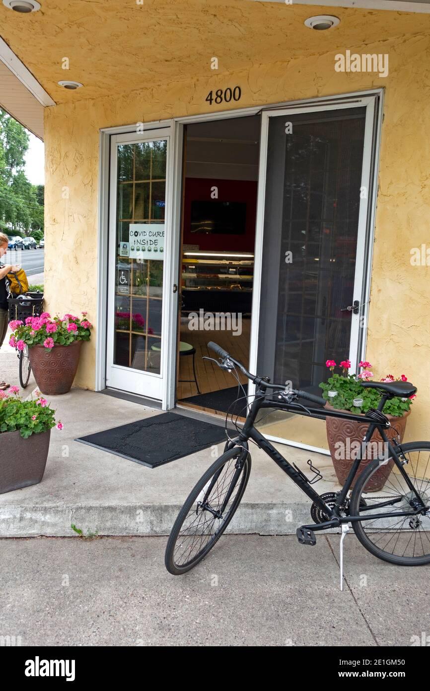 Bicicletas estacionadas fuera de la entrada de la panadería Mel-o-Glaze. Minneapolis Minnesota MN EE.UU Foto de stock