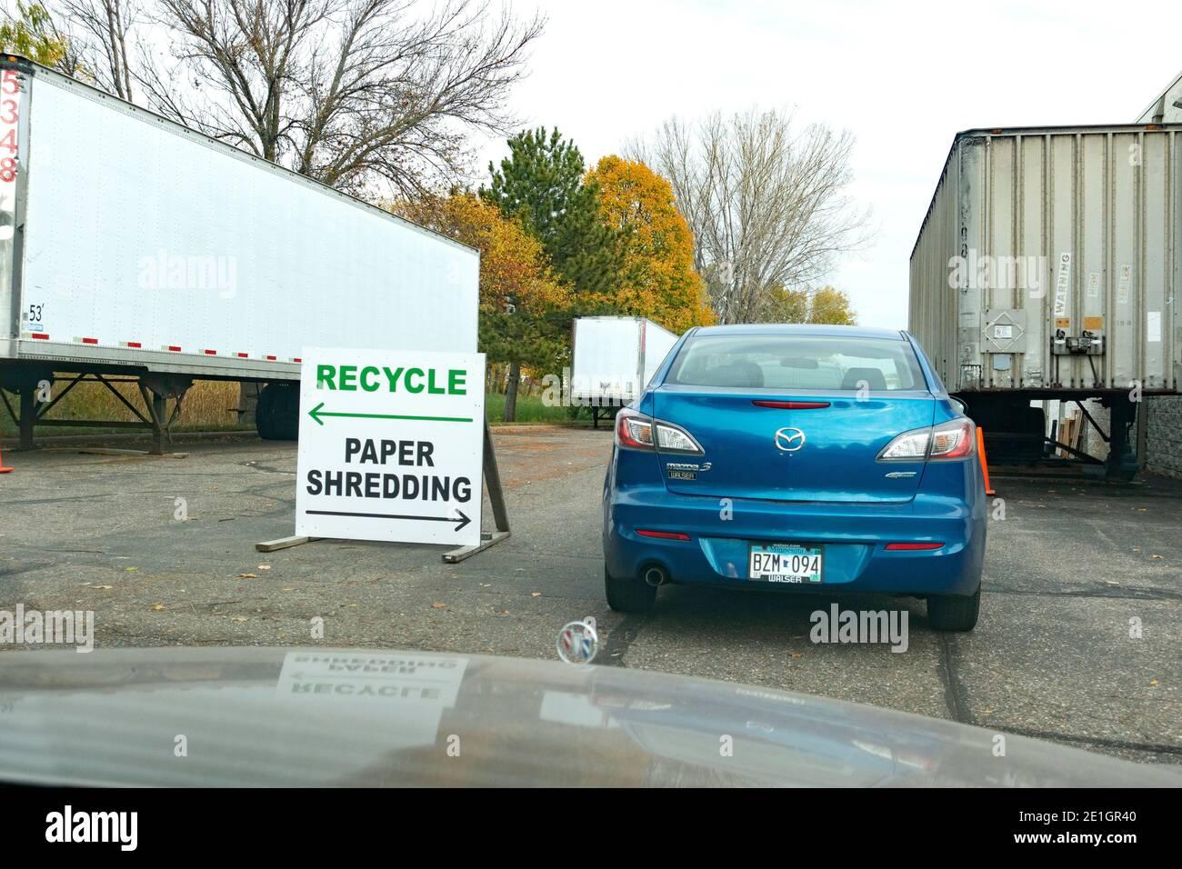 Señal direccional con flechas para coches para reciclar aparatos, electrónica o papel triturado en un día de reciclaje de la comunidad. Blaine Minnesota Minnesota MN EE.UU. Foto de stock