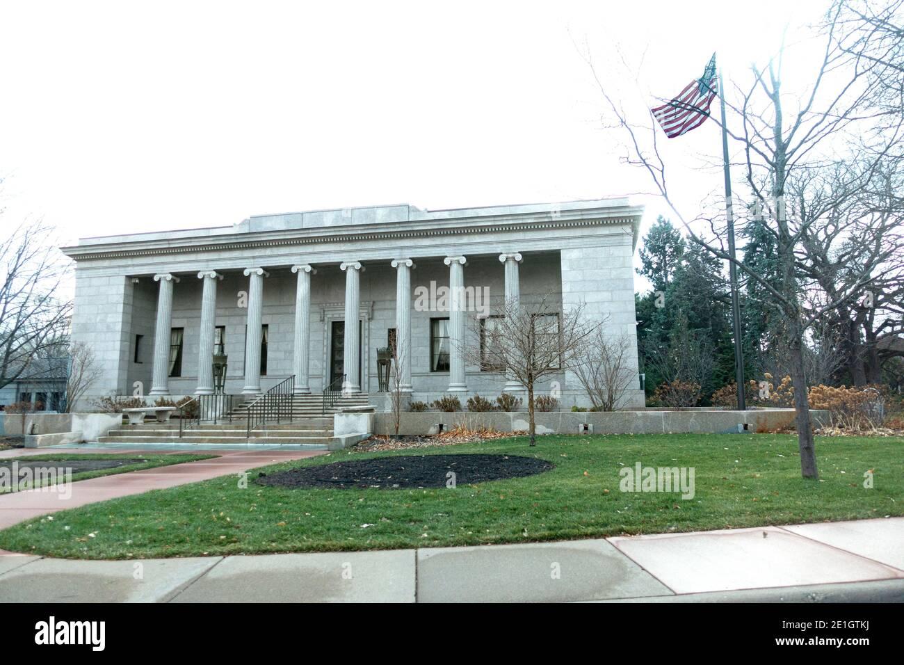 Edificio de oficinas del cementerio Lakewood con la bandera americana volando. Minneapolis Minnesota MN EE.UU Foto de stock