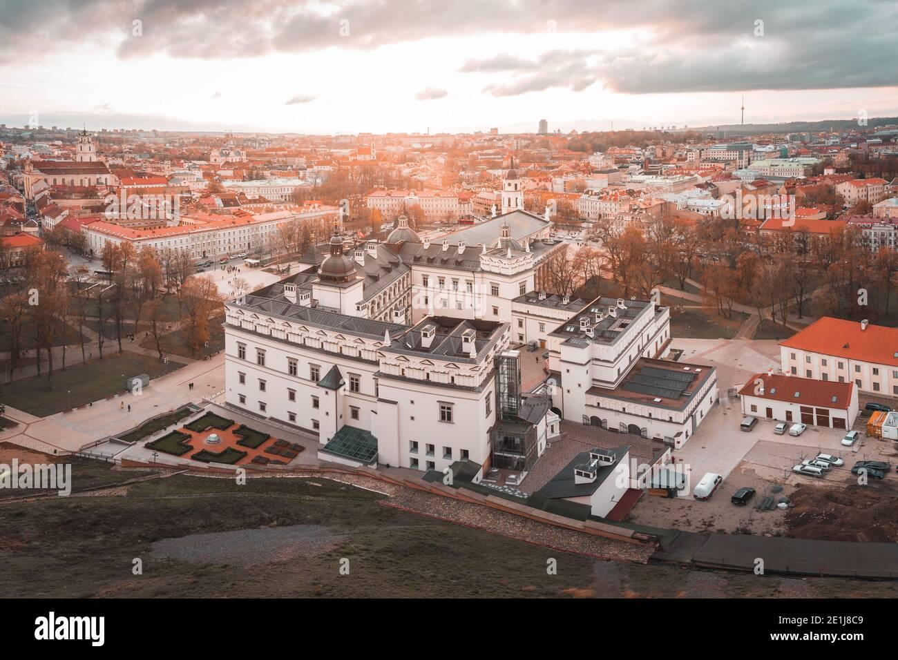 Vista elevada del Palacio de los grandes Duques de Lituania En Vilnius por Sunset Foto de stock