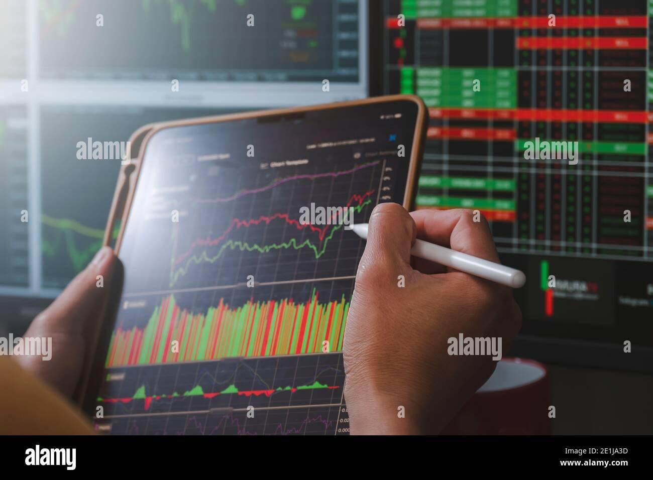 Análisis de la mano de obra forex concurrency gráfico mercado de valores para negociar la divisa para beneficiarse por orden vender o comprar en la noche en inicio Foto de stock