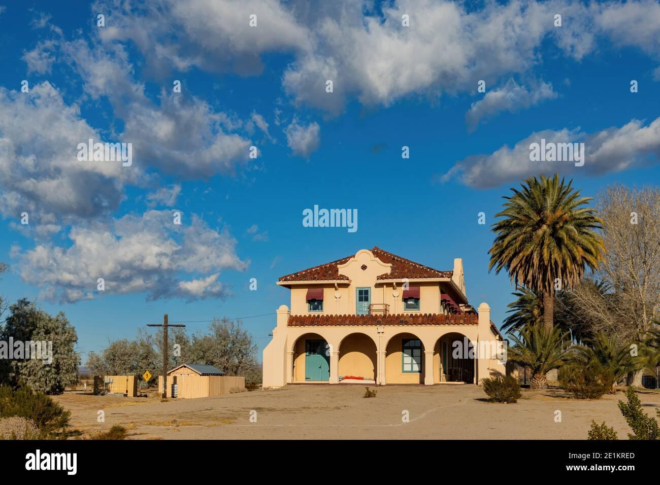 Vista soleada del hermoso Centro de Visitantes de Kelso Depot en California Foto de stock