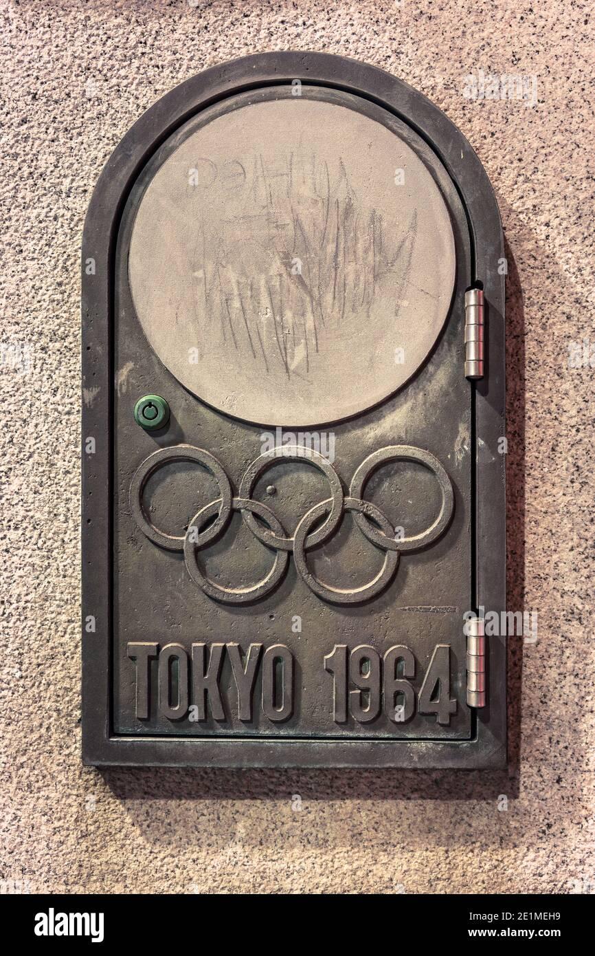 tokio, japón - noviembre de 02 2020: Primer plano de la puerta de hierro fundido que alberga el interruptor del puente olímpico llamado Gorinbashi creado para el verano de 1964 Olym Foto de stock
