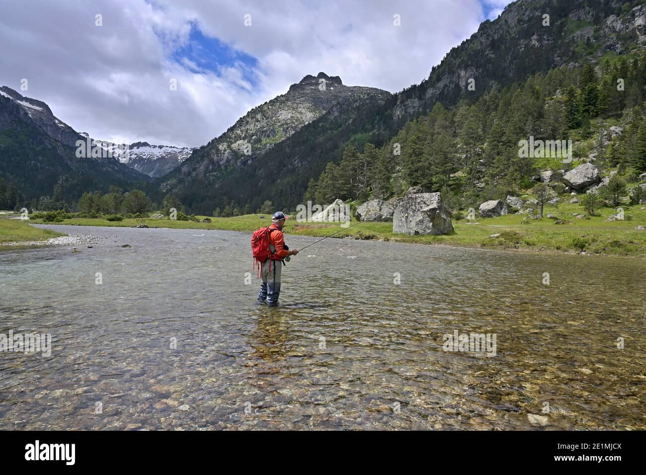 pescador de moscas en las altas montañas Foto de stock