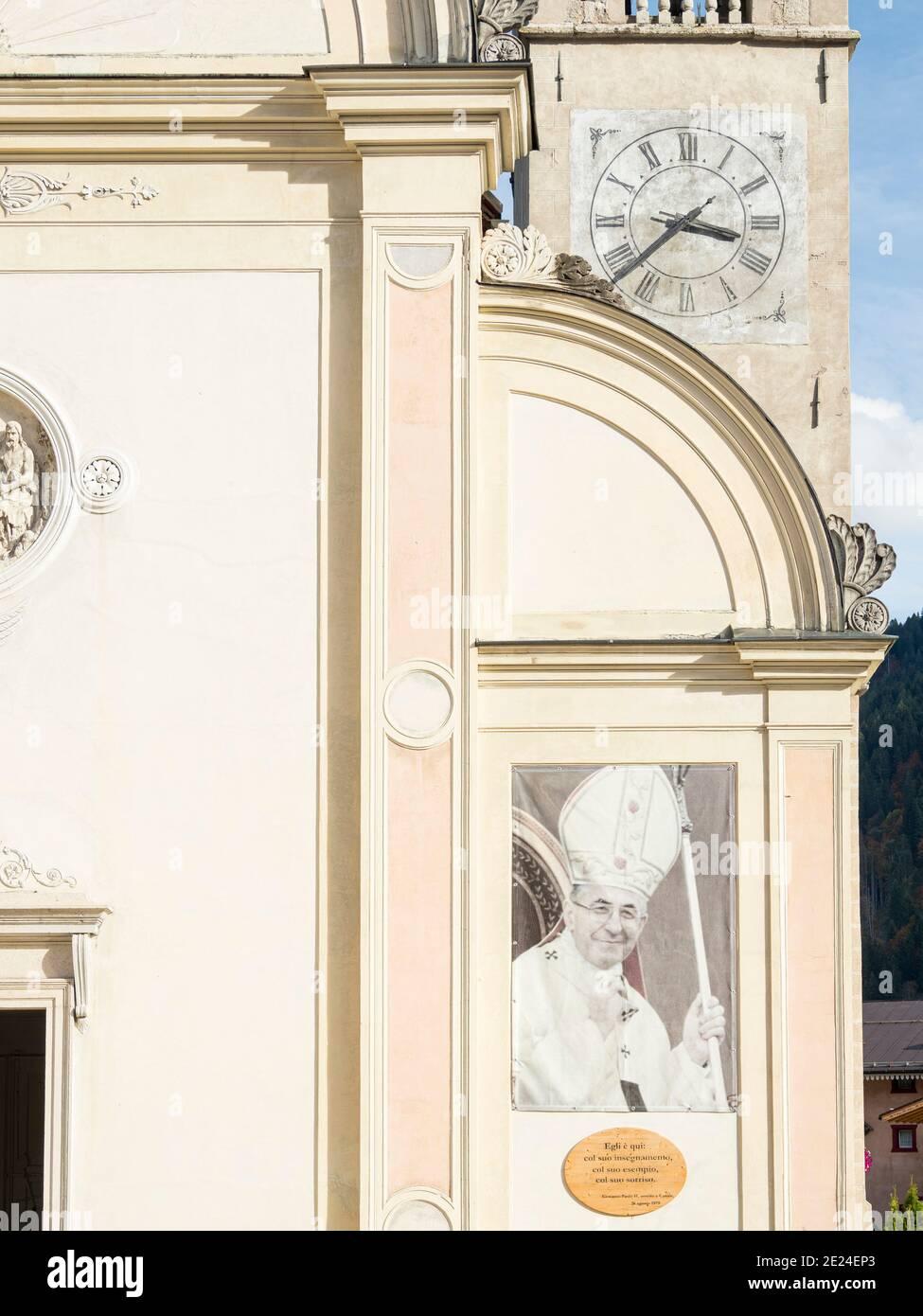 Foto del Papa Juan Pablo I, nacido en Canale d'Agordo. La iglesia en Canale d'Agordo en el valle Val Biois . Europa, Europa Central, Italia Foto de stock