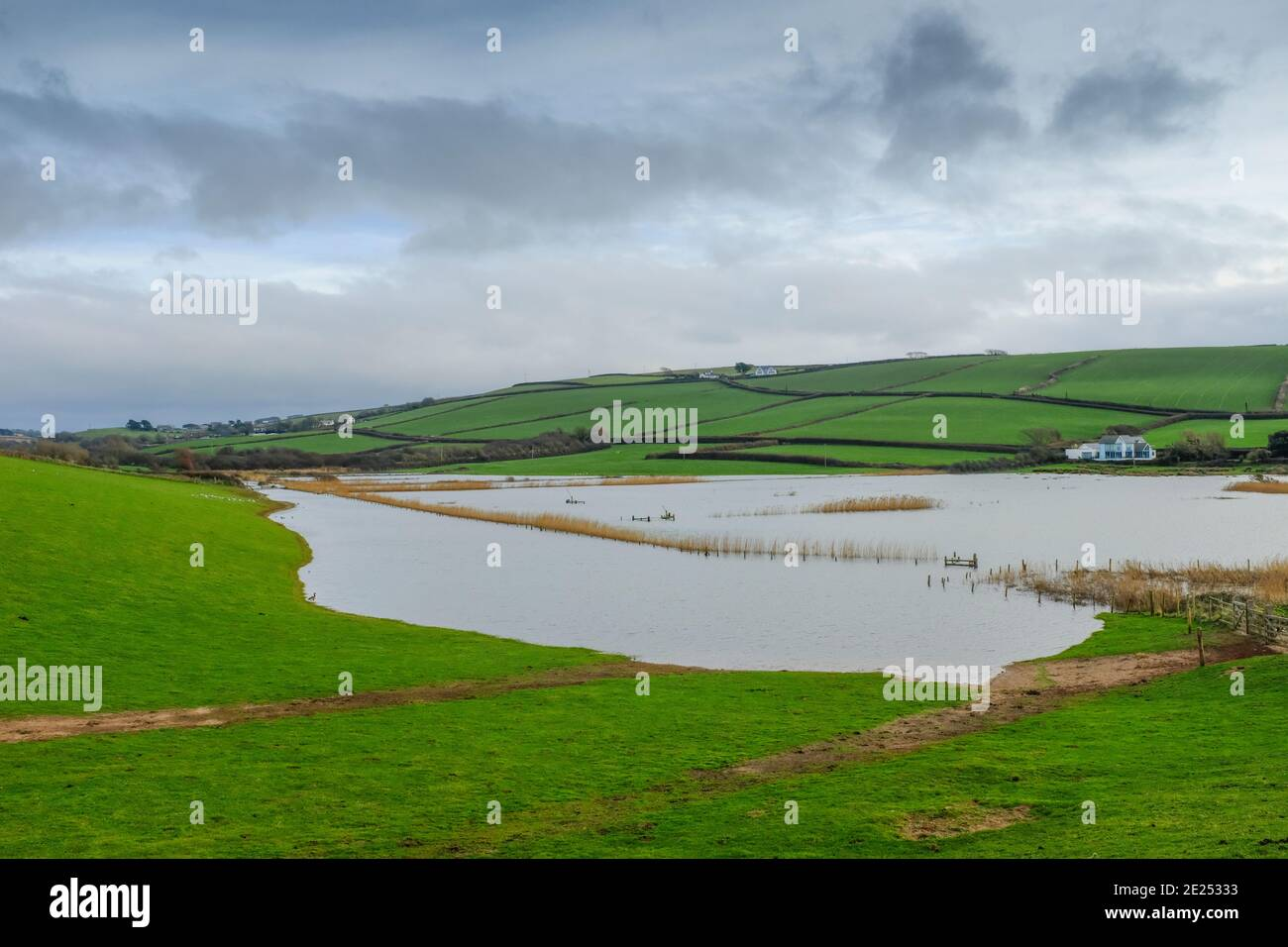Vista de las inundaciones en la Reserva South Milton Ley tras fuertes lluvias. Thurledstone, South Devon, Reino Unido Foto de stock