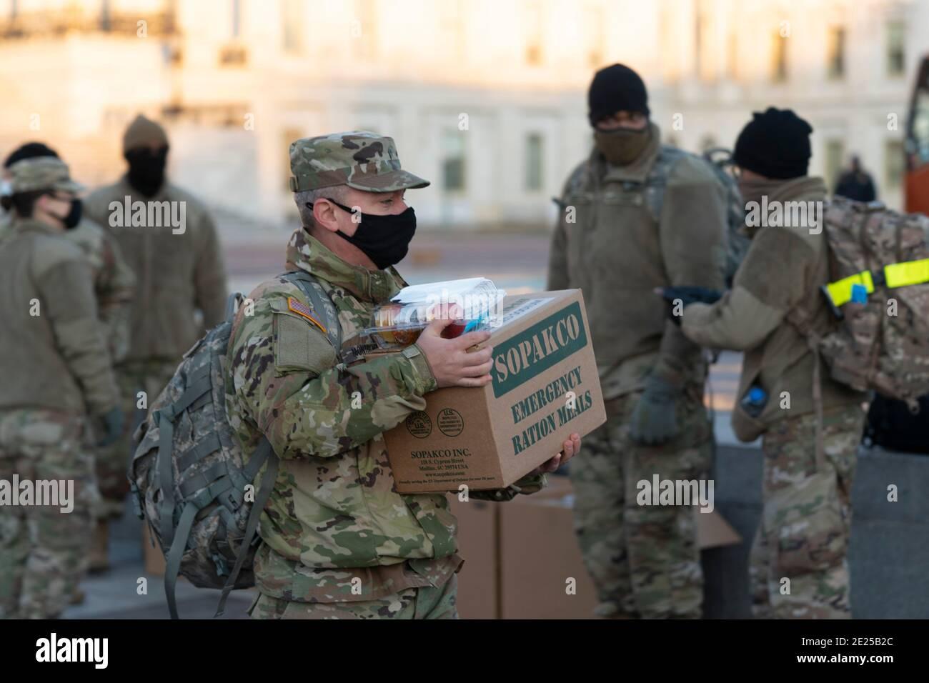 12 de enero de 2021 - Washington DC- los miembros de la Guardia Nacional se reúnen en Capitol Hill. Crédito de la foto: Chris Kleponis/Sipa USA Foto de stock