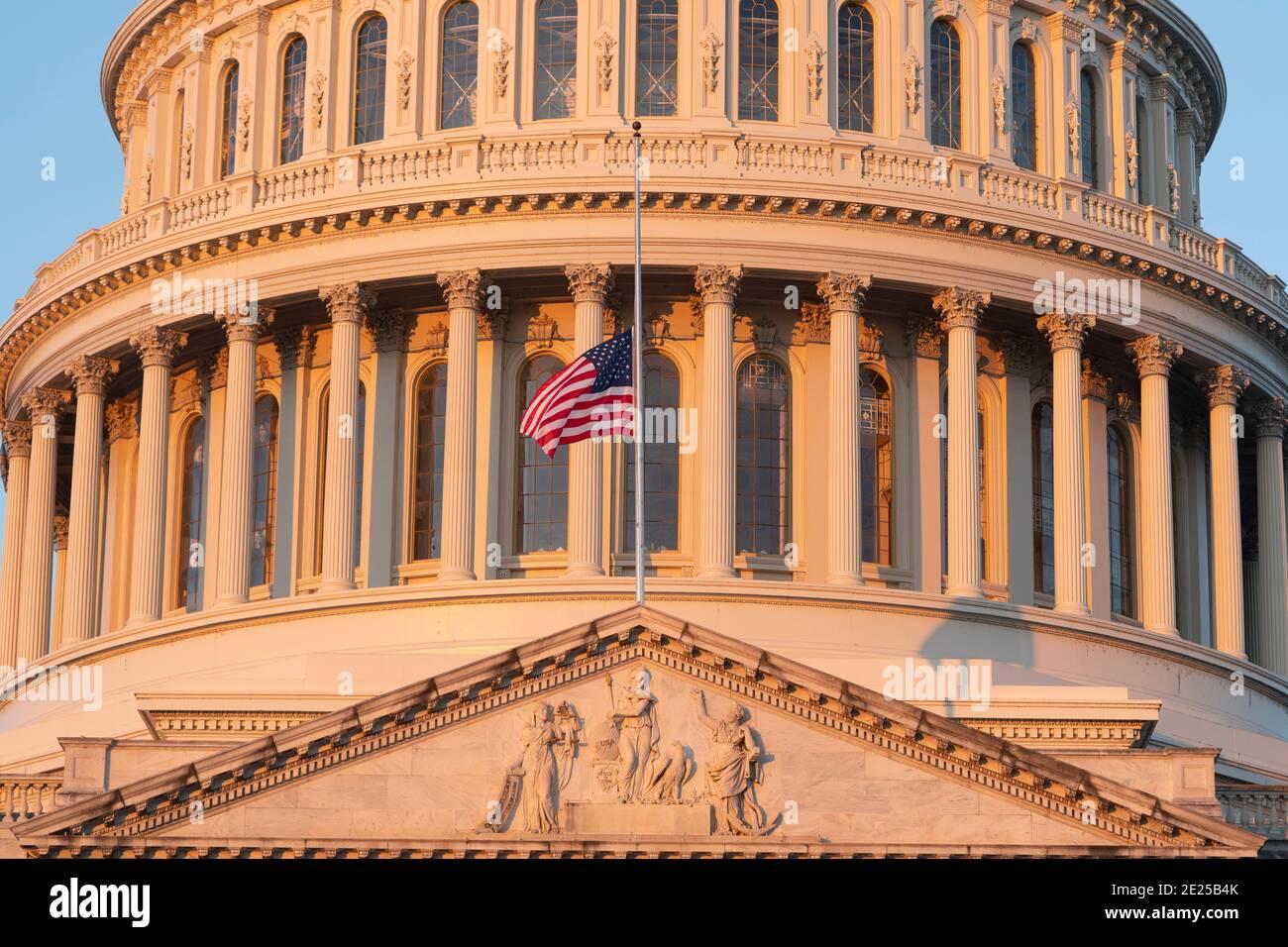 12 de enero de 2021- Washington DC- la bandera de Capitol Hill vuela a la mitad del personal en honor de dos oficiales de policía que murieron después de la tormenta del Capitolio. Crédito de la foto: Chris Kleponis/Sipa USA Foto de stock
