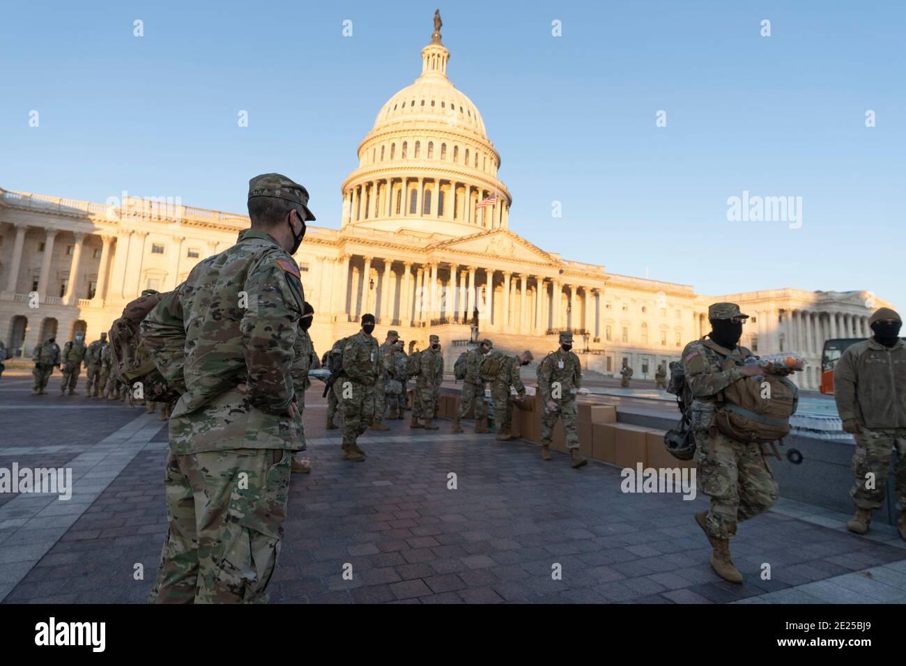 12 Enero 2021- Washington DC- los miembros de la Guardia Nacional están sirviendo una comida matutina antes de tomar posiciones asignadas en Capitol Hill. Crédito de la foto: Chris Kleponis/Sipa USA Foto de stock