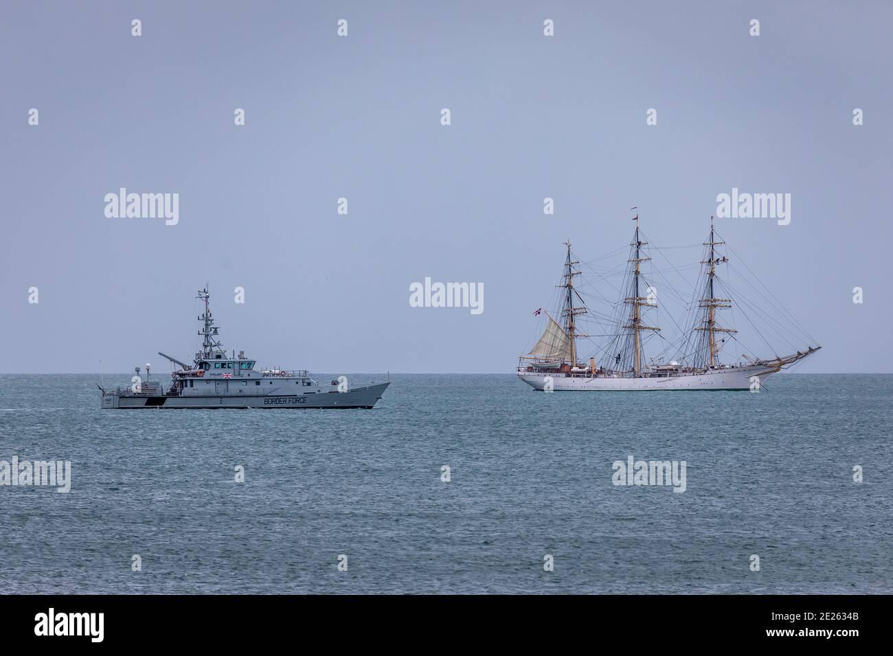 'HMC Vigilant' pasa por el 'Dangmark' de la embarcación alta dentro de la bahía de Tor, Paignton Foto de stock