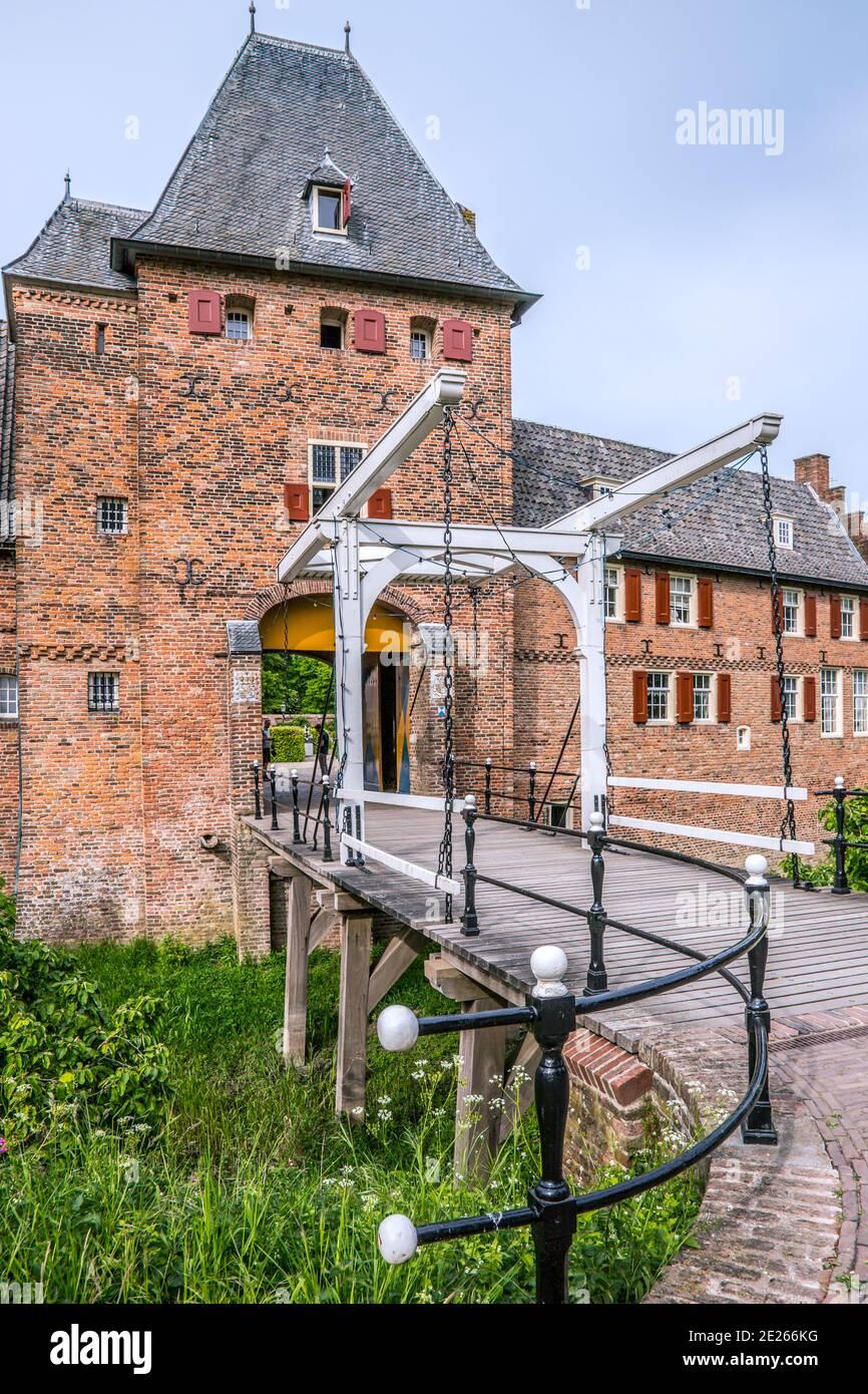 Puerta de entrada y puente de tiro sobre foso del castillo medieval Doorwerth cerca de Arnhem, Gelderland, países Bajos Foto de stock