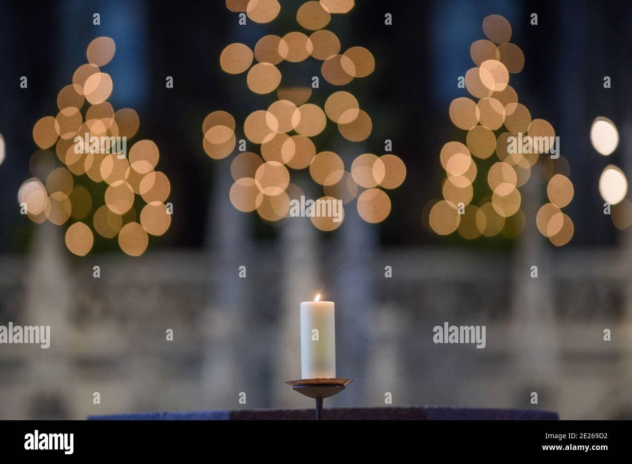 """06 de enero de 2021, Sajonia-Anhalt, Magdeburg: Una vela arde en la Catedral de San Mauricio y Catalina en Magdeburg. Debido a la propagación del coronavirus, solo 100 participantes fueron permitidos para el servicio. Epifanía es una fiesta de la iglesia muy antigua y se celebra el 6 de enero. La palabra, derivada del griego, significa """"apariencia"""" y se refiere a la aparición de Dios en el mundo con el nacimiento de Cristo. En Sajonia-Anhalt, el 6 de enero es una fiesta pública. En la Iglesia Católica, el 6 de enero se celebra como """"Epifanía"""" o el día de los tres Reyes. Foto: Klaus-Dietmar Gabbert/dpa-Zentralbild/ZB Foto de stock"""