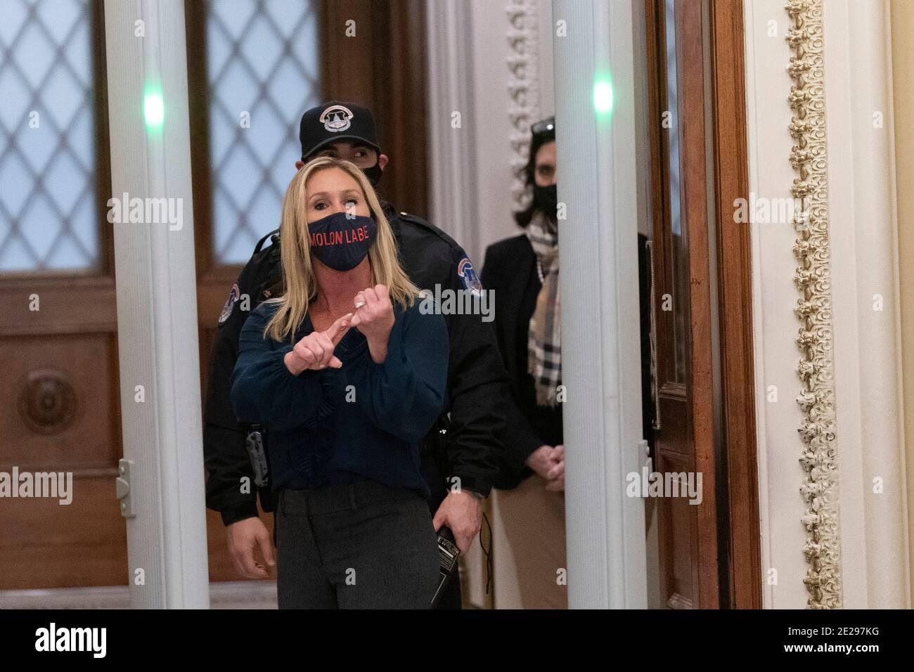 12 de enero de 2021- Washington DC- la representante Marjorie Taylor Greene(R-GA) grita a los periodistas mientras pasa por un detector de metales recién instalado fuera de la Cámara de representantes. Crédito de la foto: Chris Kleponis/Sipa USA Foto de stock