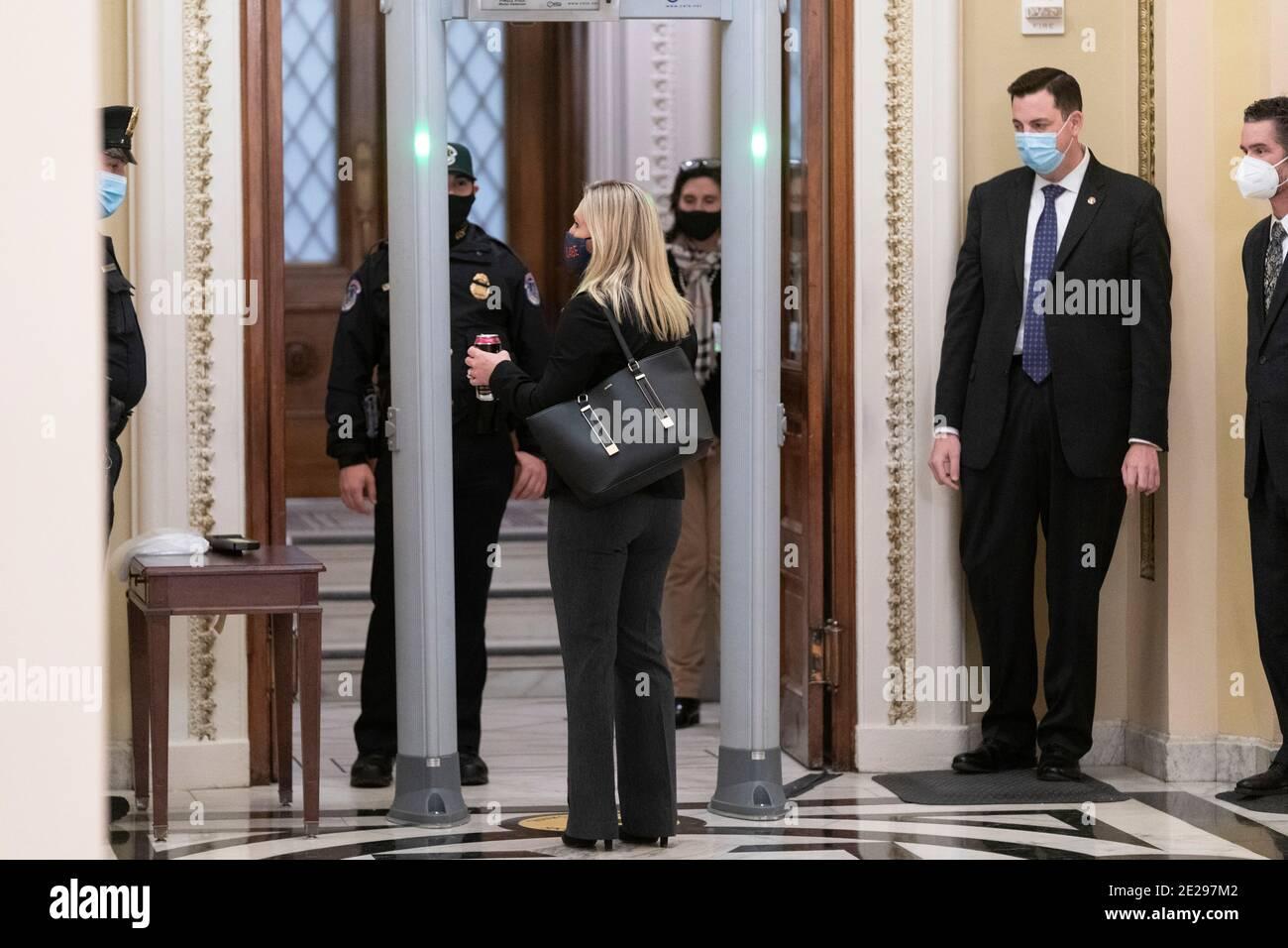 12 de enero de 2021 - Washington DC- la Representante Marjorie Taylor Greene(R-GA) pasa a través de un detector de metales recientemente instalado fuera de la Cámara de Cámara. Crédito de la foto: Chris Kleponis/Sipa USA Foto de stock