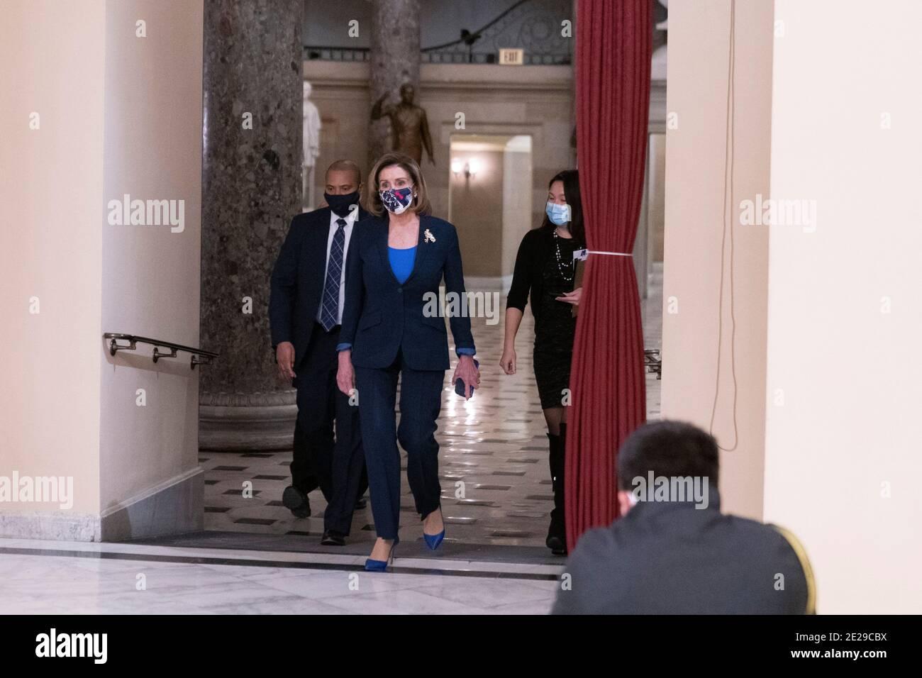 12 de enero de 2021- Washington DC- la Representante Marjorie Taylor Greene pasa por un detector de metales recientemente instalado fuera de la Cámara de Cámara. Crédito de la foto: Chris Kleponis/Sipa USA Foto de stock