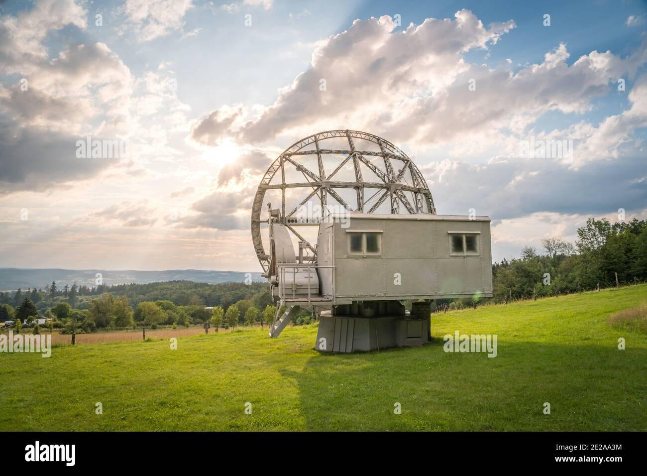 Antena parabólica en un paisaje veraniego, radiotelescopio para la investigación espacial profunda. Observatorio Ondrejov, república Checa. Foto de stock