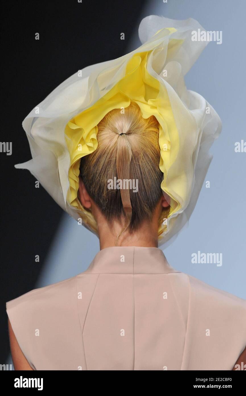 Un modelo muestra una creación del diseñador Dai Fujiwara para la muestra de la colección de Issey Myake Primavera-Verano 2012 Ready-to-Wear celebrada en el Jardin des Tuilleries en París, Francia, el 2 de octubre de 2011. Foto de Christophe Guibbaud/ABACAPRESS.COM Foto de stock