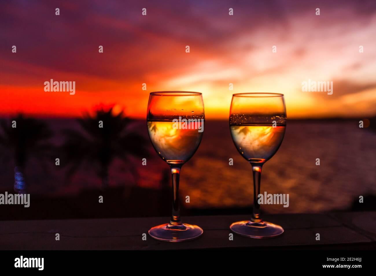 Silueta de palmera durante la puesta de sol en las islas canarias Foto de stock