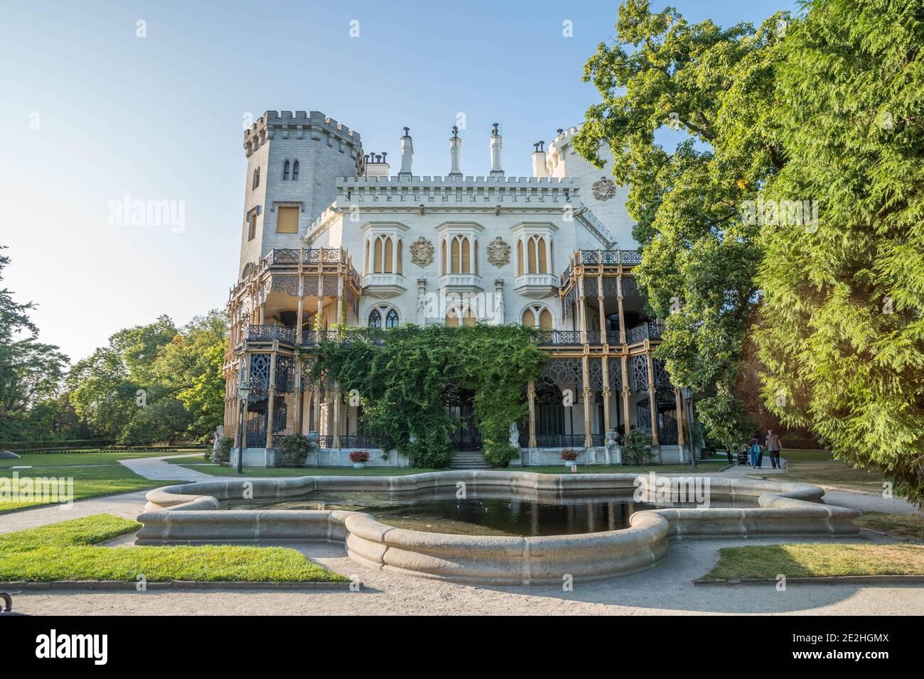 Castillo Hluboka, castillo histórico en Hluboka nad Vltavou, Bohemia del Sur, República Checa, clima soleado de verano. Foto de stock