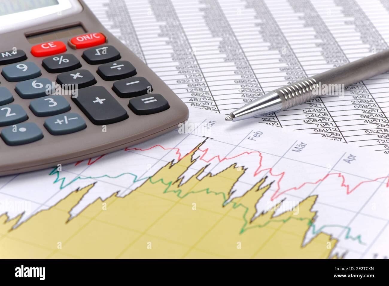 finanzas y economía con cálculo y gráfico Foto de stock