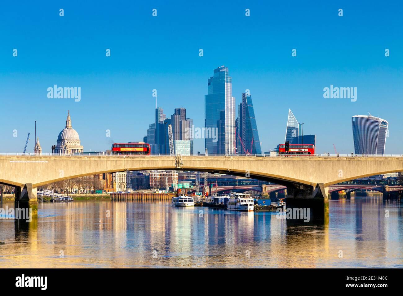 Autobuses rojos de dos pisos cruzando el puente de Waterloo sobre el río Támesis, Londres, Reino Unido Foto de stock