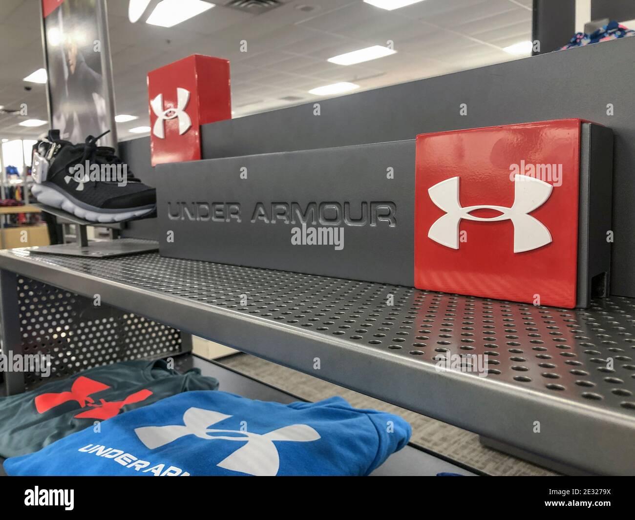 Indianapolis - Circa Enero 2021: Pantalla de Under Armor. Under Armor fabrica una popular línea de ropa para equipos deportivos. Foto de stock