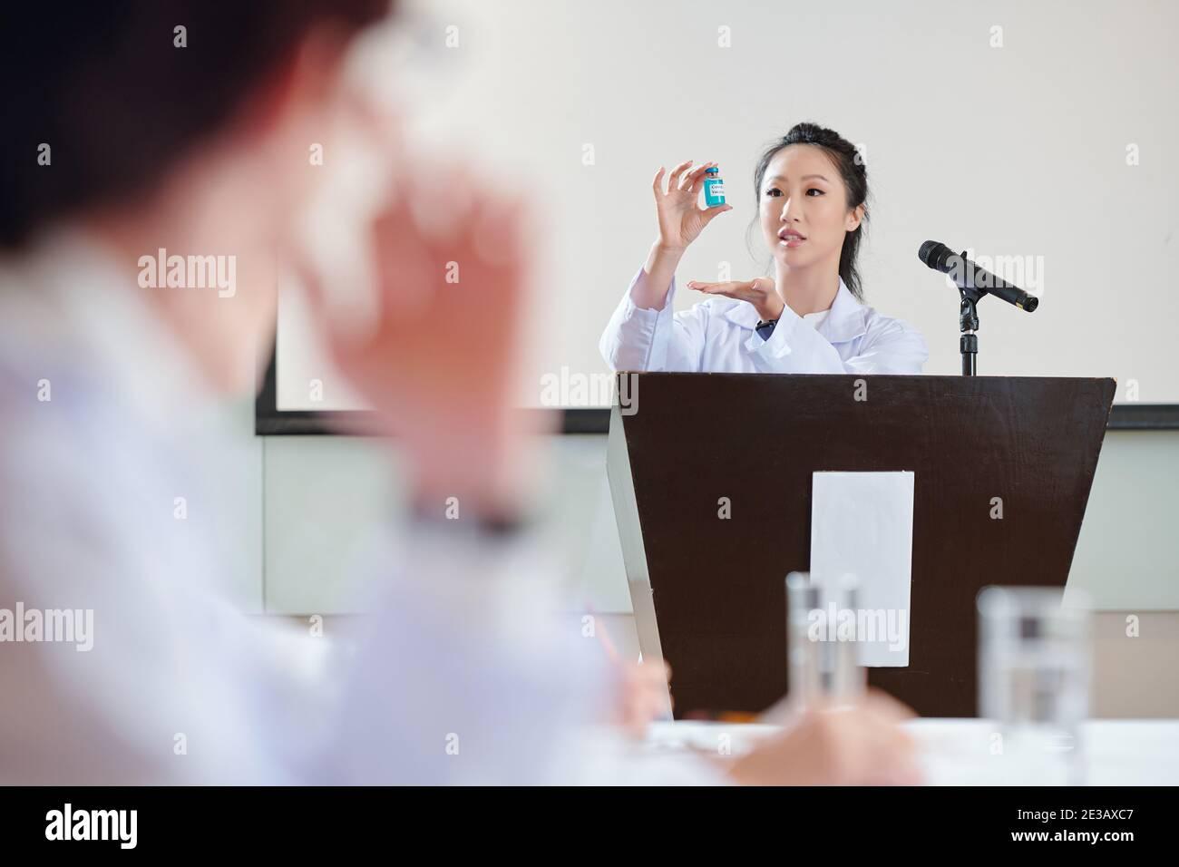 Joven científica China hablando en Tribune sobre la prueba de nueva vacuna contra el coronavirus desarrollada por su equipo Foto de stock