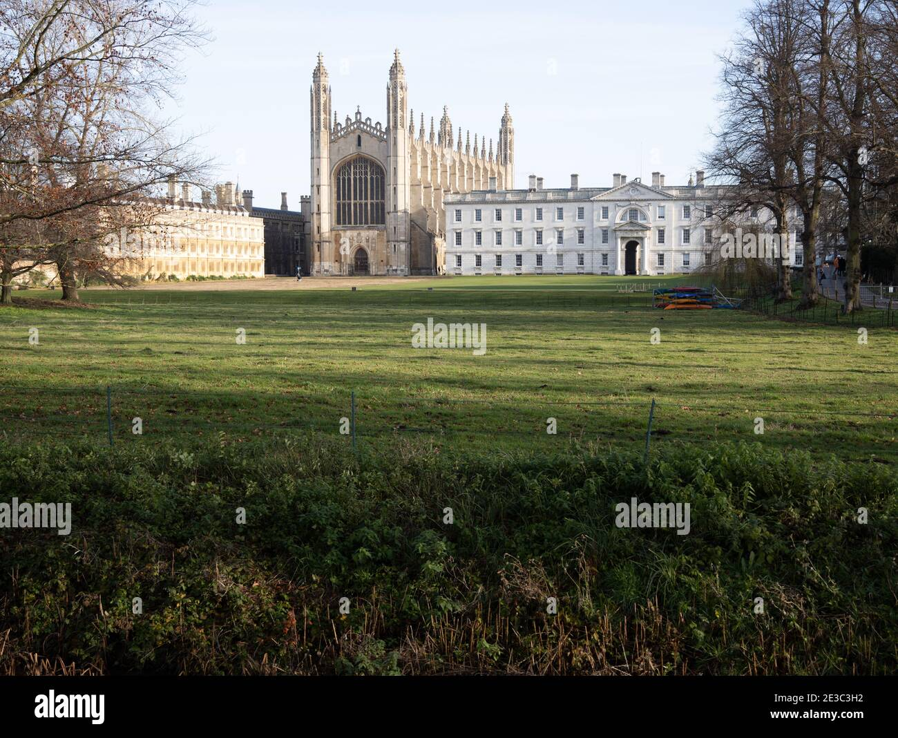 Las espaldas en Cambridge mostrando la irónica Capilla de Kings College Inglaterra Foto de stock