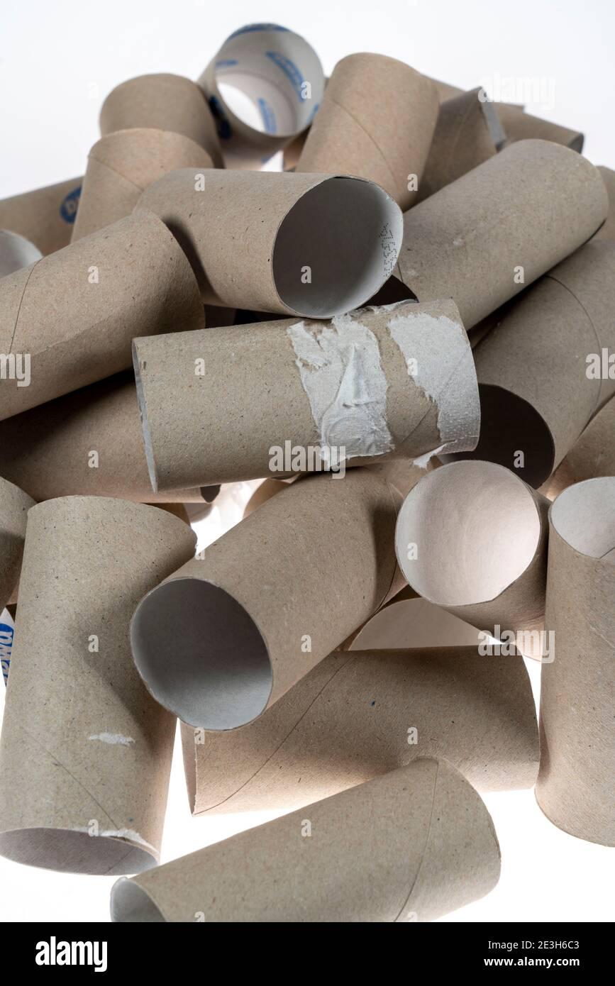 Stapel, Berg von leeren, verbrauchten Klopapierrollen, Foto de stock