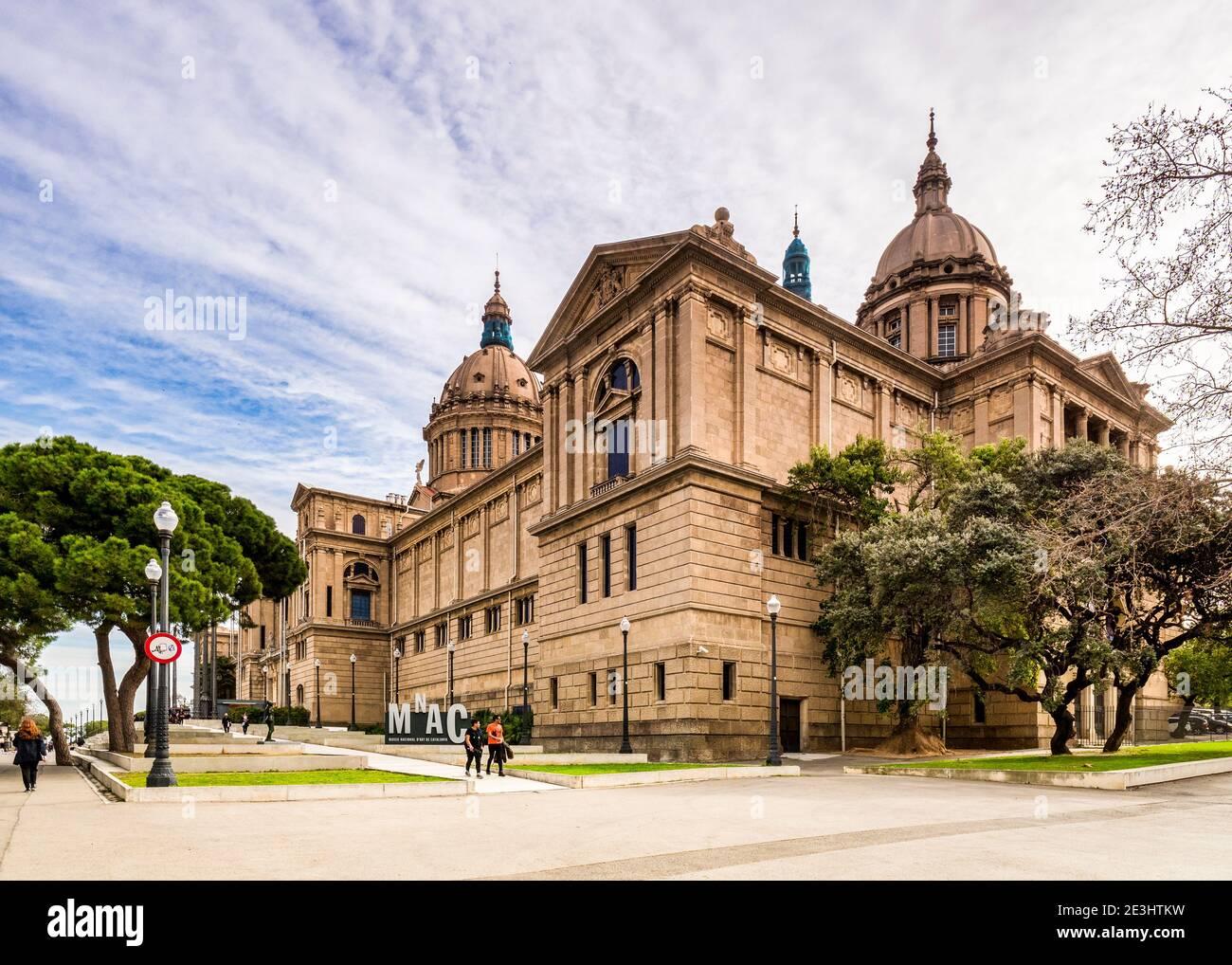 4 de marzo de 2020: Barcelona, España - Museo Nacional de Arte de Cataluña en la colina de Montjuic en Barcelona. Foto de stock