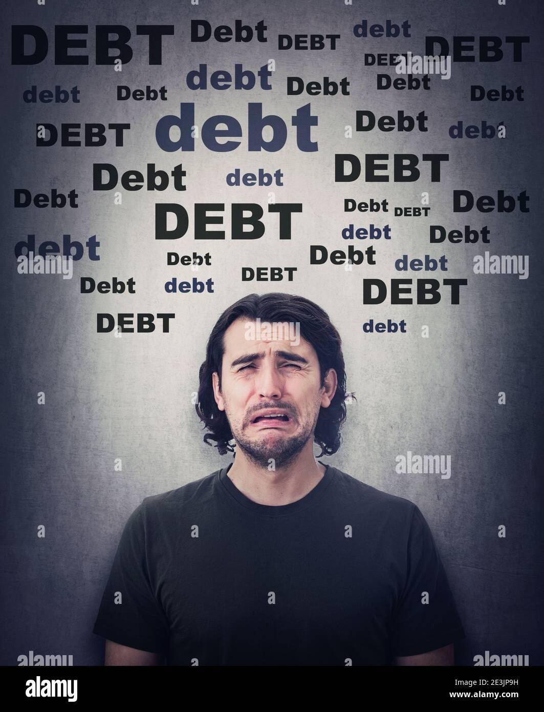Un hombre desesperado llorando, molesto por la enorme cantidad de deuda. Persona insatisfecha y estresada sollozando y llorando, ya que no tiene dinero. Problemas financieros, créditos Foto de stock