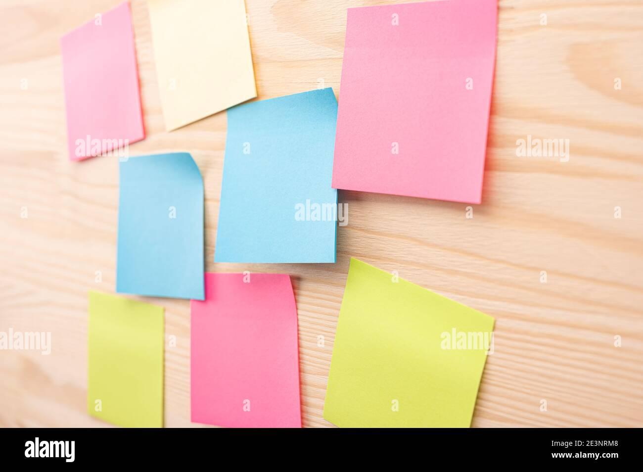 Notas pegajosas y coloridas con cosas que hacer en el tablero de la oficina. Uso del control de tareas de la metodología de desarrollo ágil. Conjunto de notas adhesivas de colores. Foto de stock