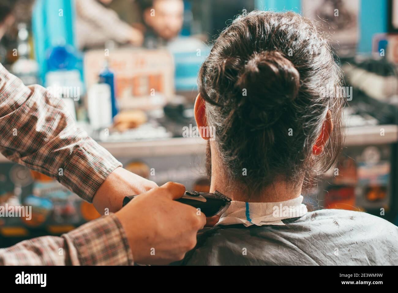 Foto de un hombre con corte de pelo en el salón de peluquería. Foto de stock