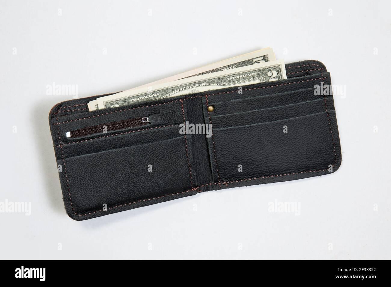 Nueva cartera de cuero con nosotros dólares sobre fondo blanco Foto de stock