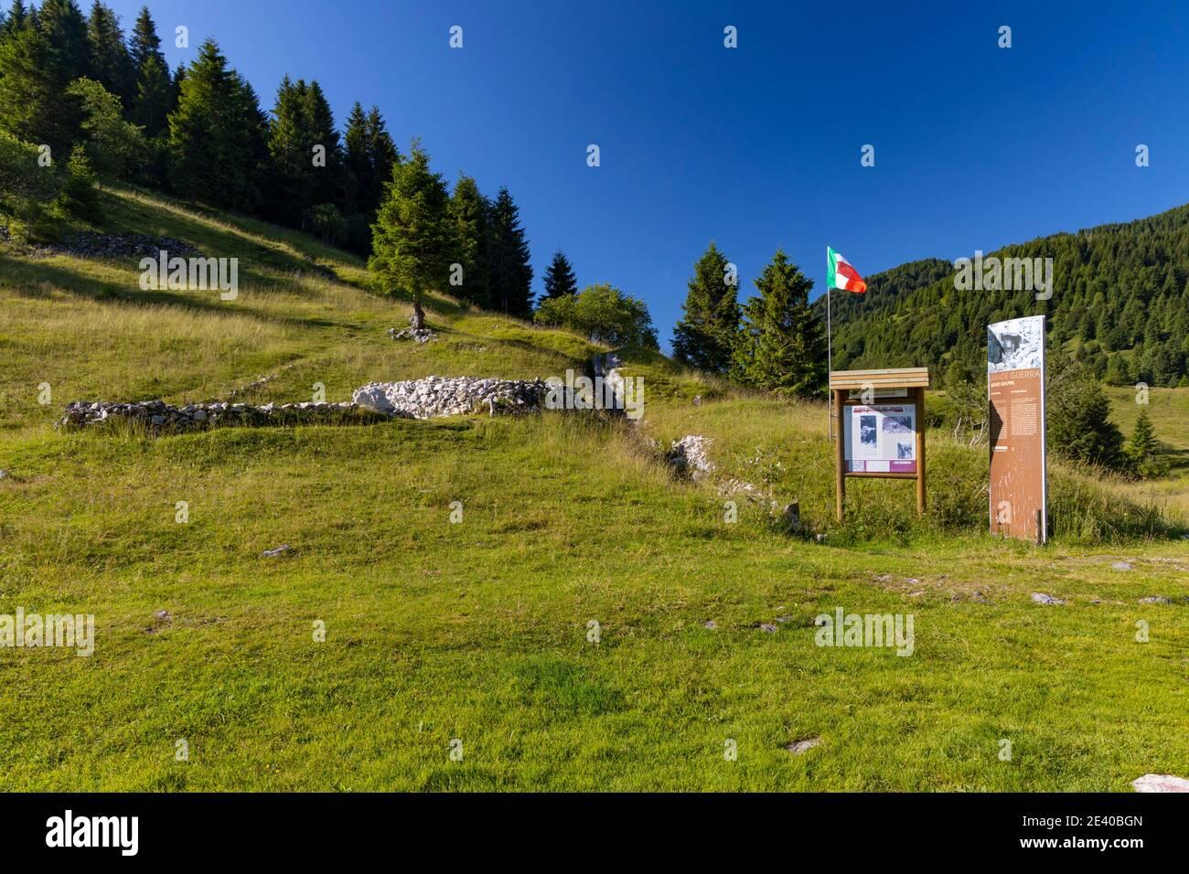 Trincheras de la primera Guerra Mundial cerca de Monte Grappa, Provincia de Treviso, Región del Véneto, Italia Foto de stock