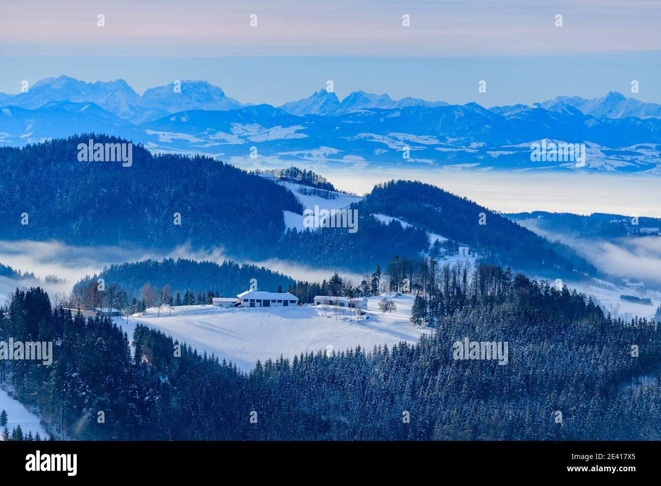 vista panorámica desde el castillo ruine ruttenstein en la región de austria muehlviertel en una mañana nevada Foto de stock