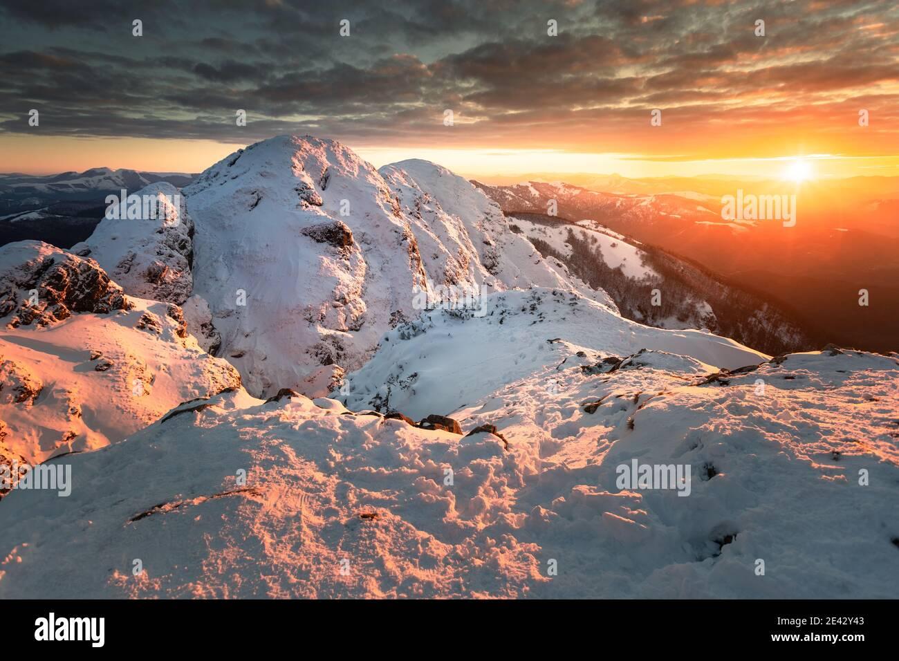 Vista nevada desde la cima de la montaña Aiako Harriak en el país Vasco. Foto de stock