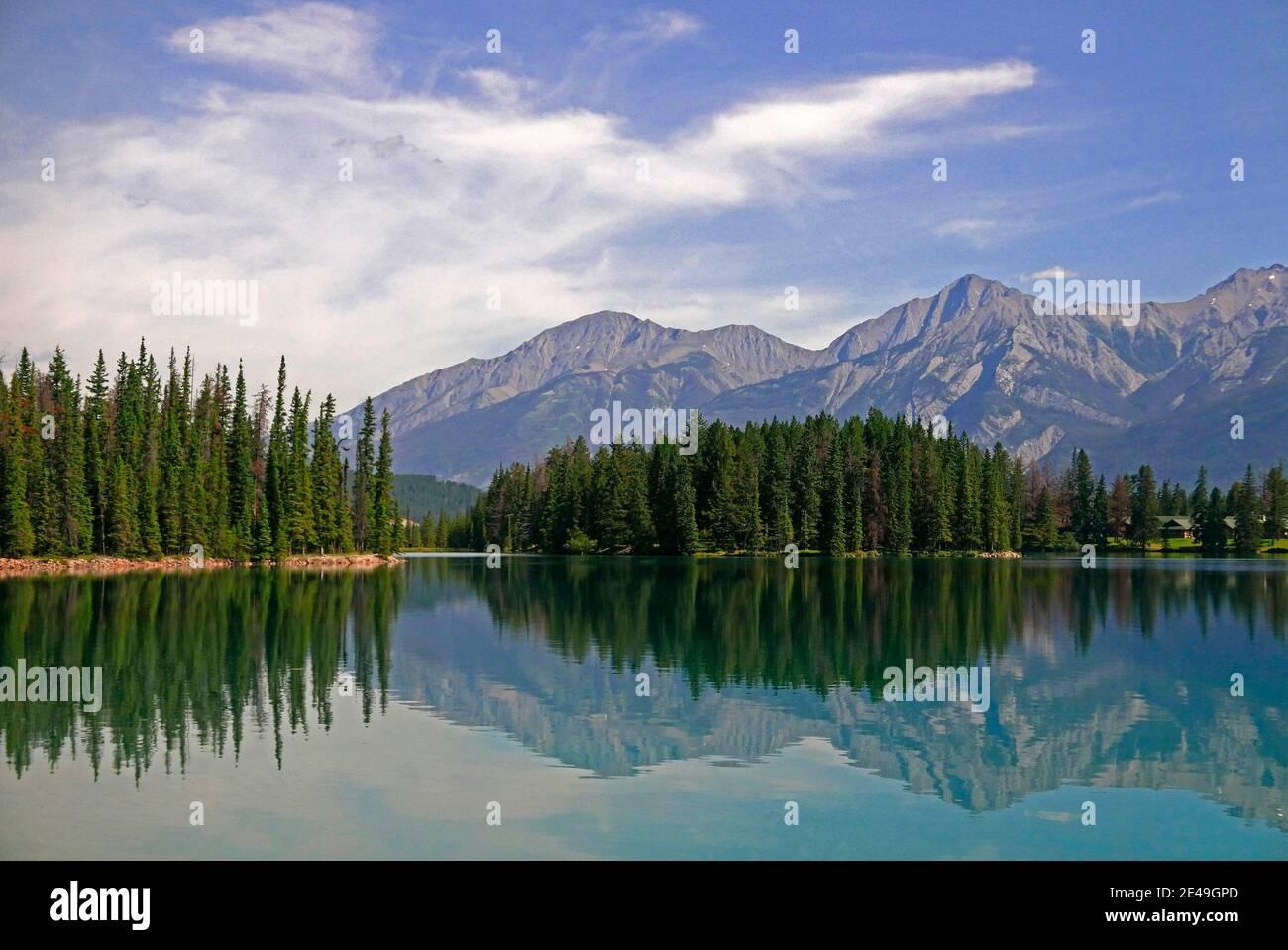 Lago Beauvert con Jasper Park Lodge cerca de Jasper, Parque Nacional Jasper, Montañas Rocosas, Alberta, Canadá Foto de stock