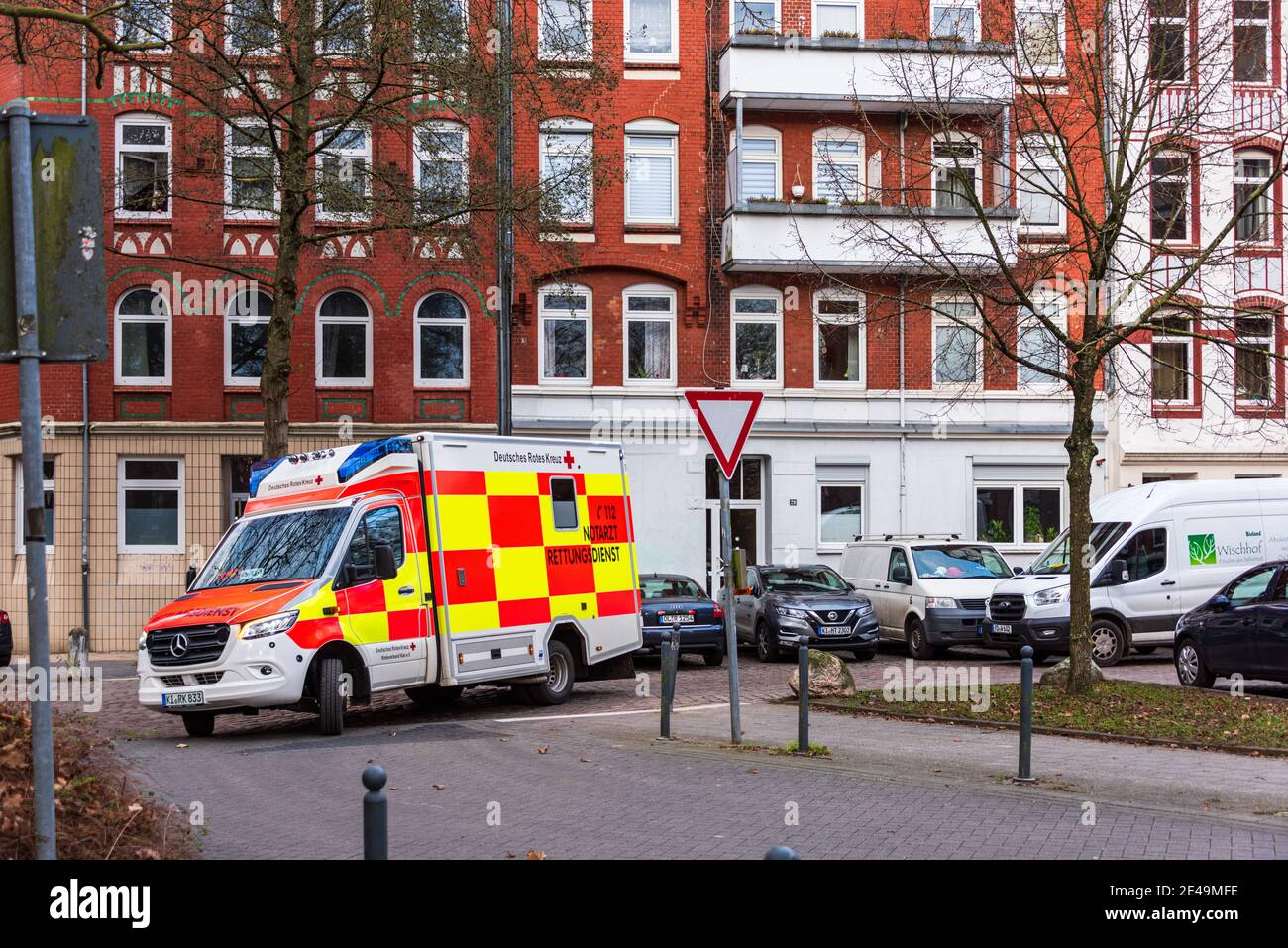 Ein Notarztwagen der Deutschen Roten Kreuz im Einsatz in der Kieler Innenstadt Foto de stock