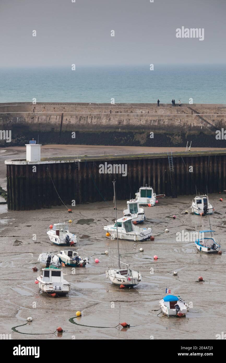 Vista elevada de los barcos en marea baja, Port-en-Bessin-Huppain, D-Day Beaches Area, Calvados, Normandía, Francia Foto de stock