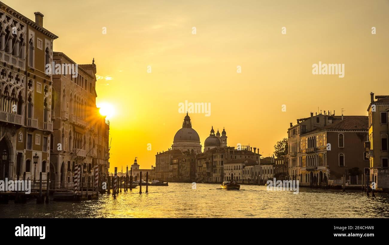 Venecia durante Corona Times sin turistas, vista sobre el Gran Canal a Santa María Salute Foto de stock