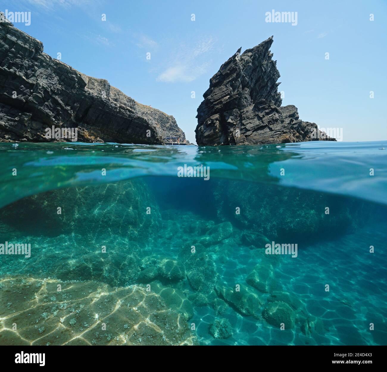 Mar Mediterráneo, escarpada roca y costa rocosa, vista dividida medio sobre y bajo el agua, Cap Cerbere en la frontera entre España y Francia Foto de stock