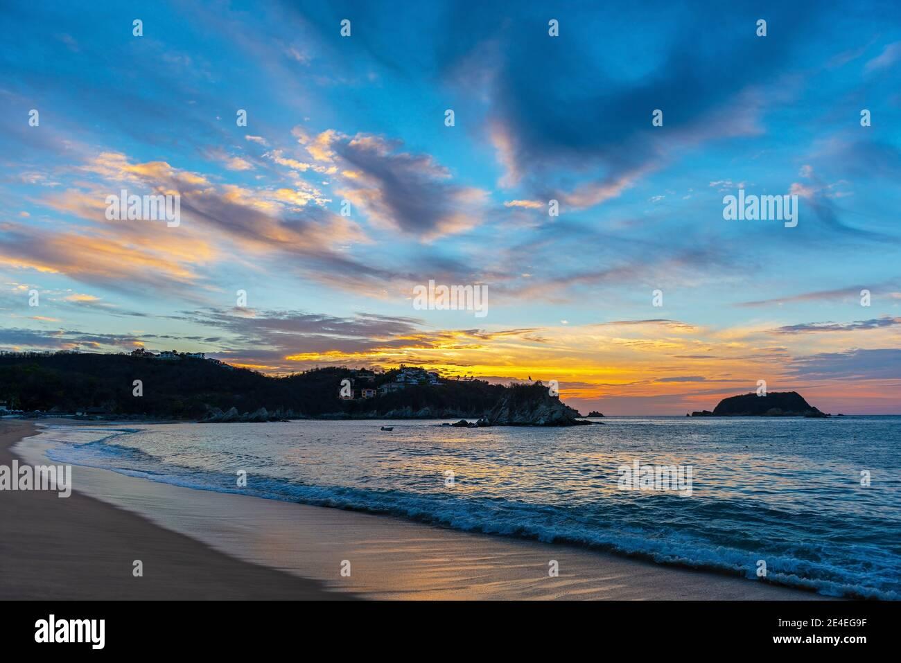 Playa Tangolunda al amanecer, Huatulco, México. Foto de stock