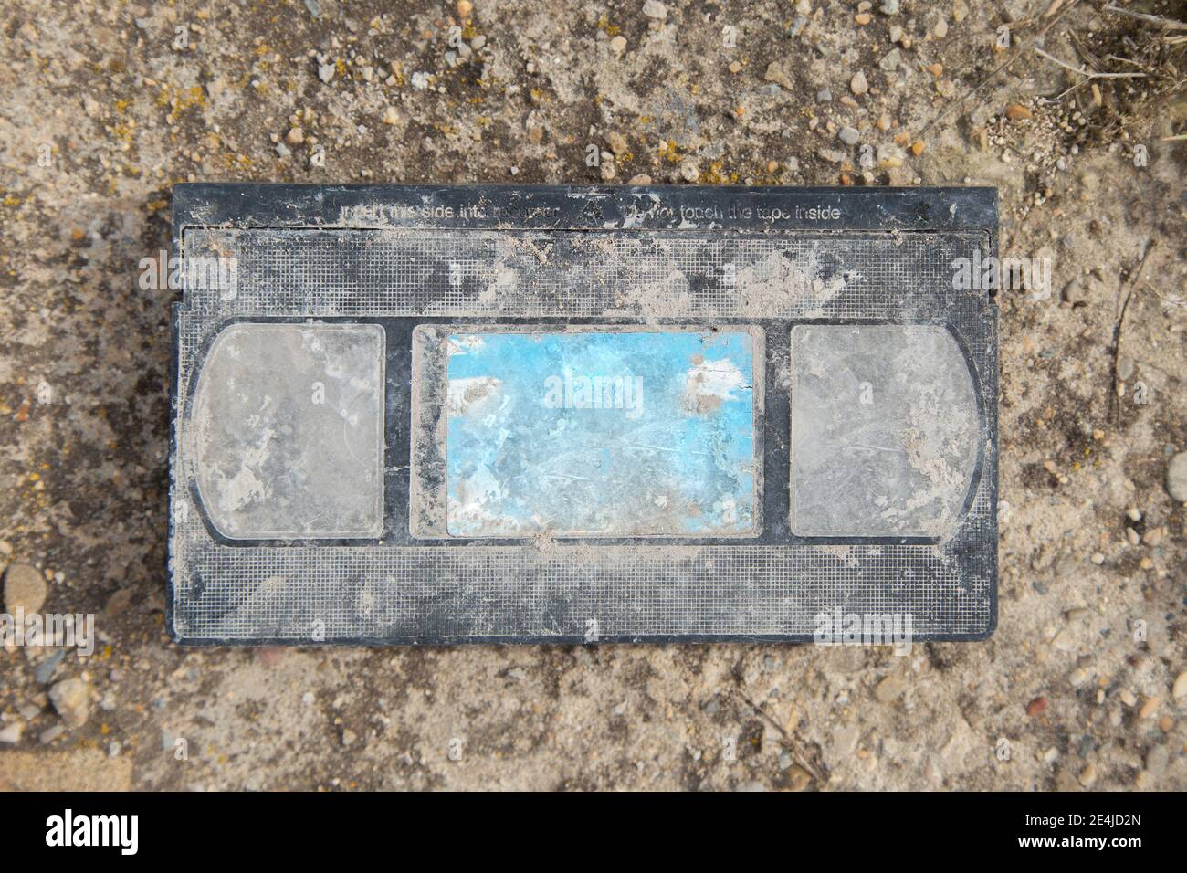 Antigua cinta de vídeo VHS, retro, tumbado en el medio del campo, abandonado. El problema de la basura y el plástico en el medio ambiente. Foto de stock