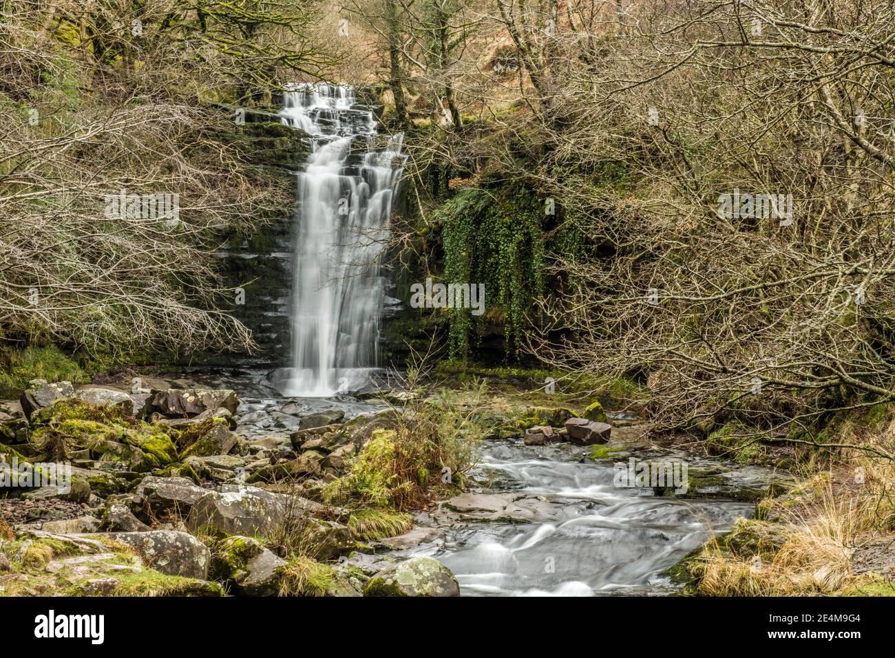 La cascada Blaen y Glyn en el río Caerfanell en el Balizas centrales de Brecon, en el sur de Gales. Foto de stock